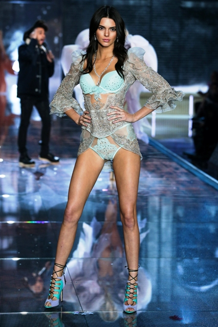 1479822257_fashion_show_runway_2015_portrait_of_an_angel_kendall_look_3_victorias_secret_hi_res